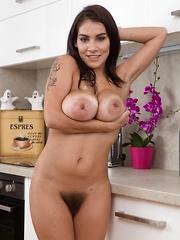 Mischel Lee enjoys sexiness in her kitchen