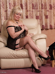 British mature lady getiing wet and wild